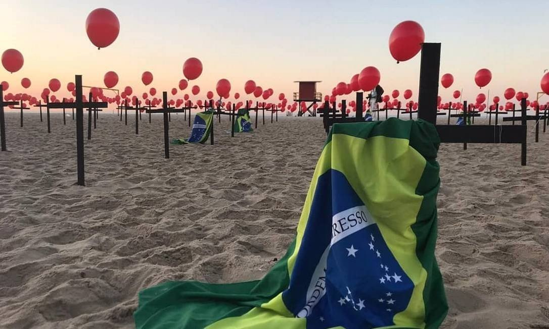 Protesto em Copacabana, no Rio, pelos 100 mil mortos pela Covid-19