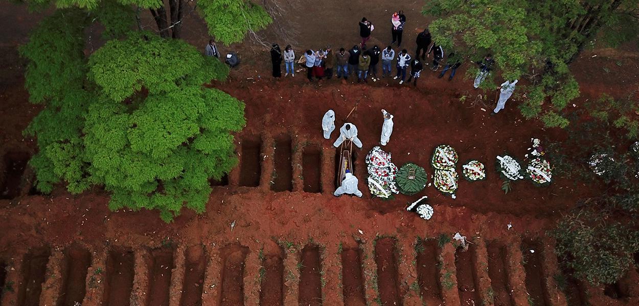 Enterro no cemitério Vila Formosa, em São Paulo