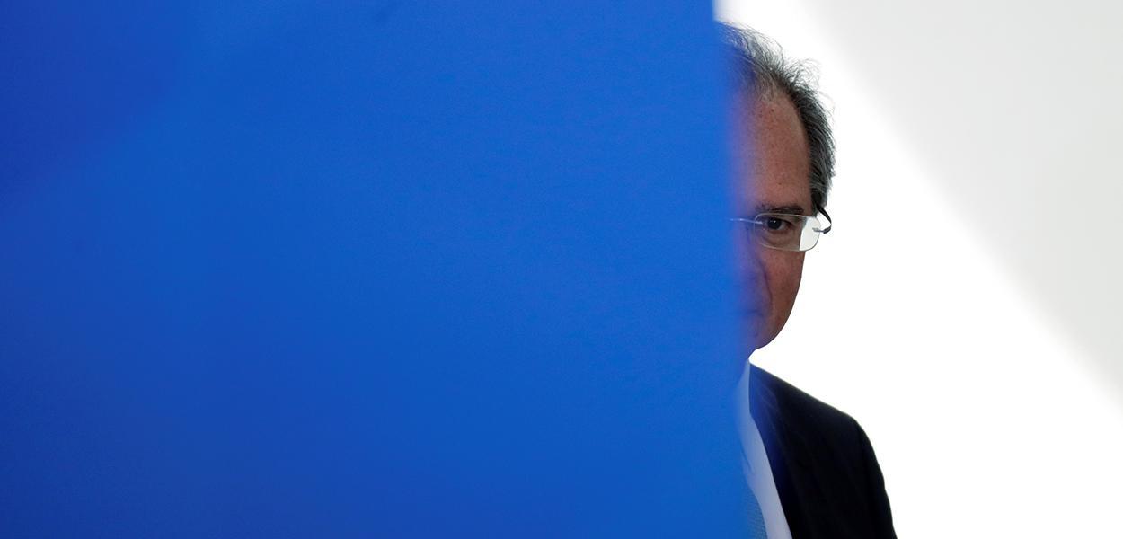 Ministro da Economia, Paulo Guedes, é visto antes de declaração à imprensa para o anúncio de medidas em meio à pandemia de Covid-19, em Brasília 01/04/2020