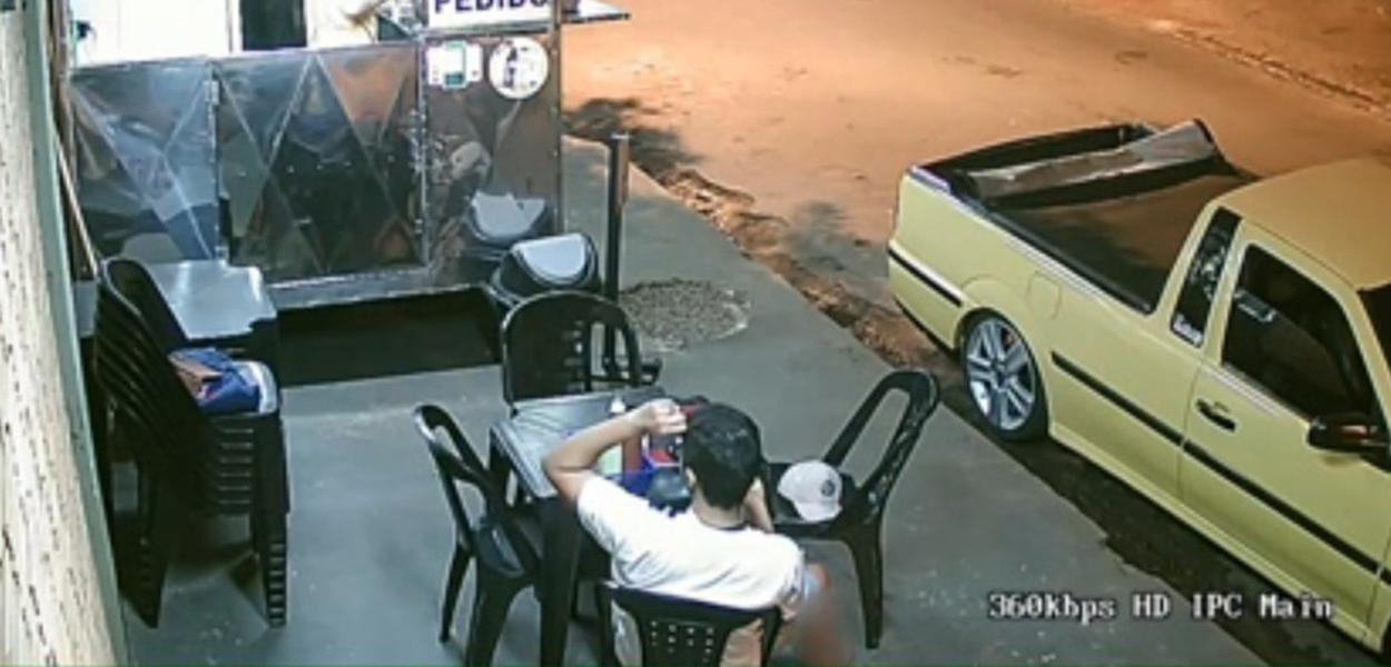 Câmeras flagram cliente arrancando cabelo e colocando em lanche antes de reclamar a vendedor