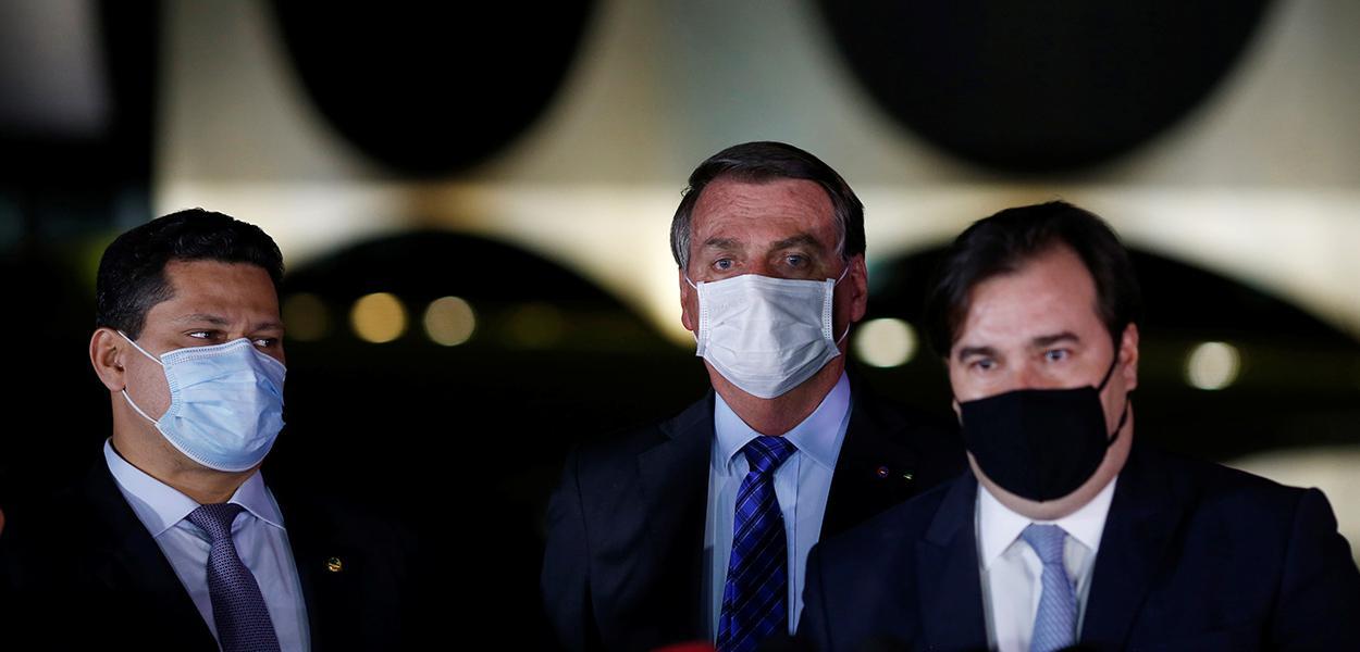Alcolumbre, Bolsonaro e Maia dão declarações a jornalisas do lado de fora do Palácio da Alvorada