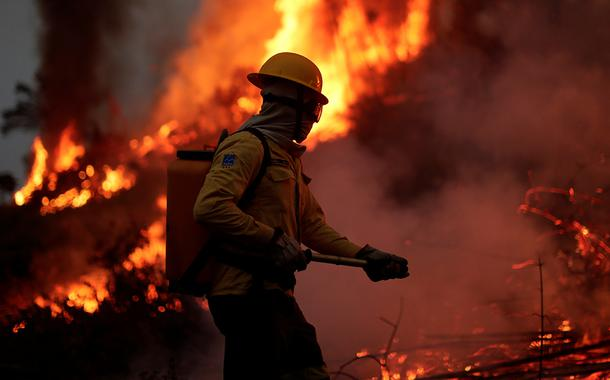 Bombeiro combate foco de incêndio na floresta amazônica, em Apuí (AM) 11/08/2020