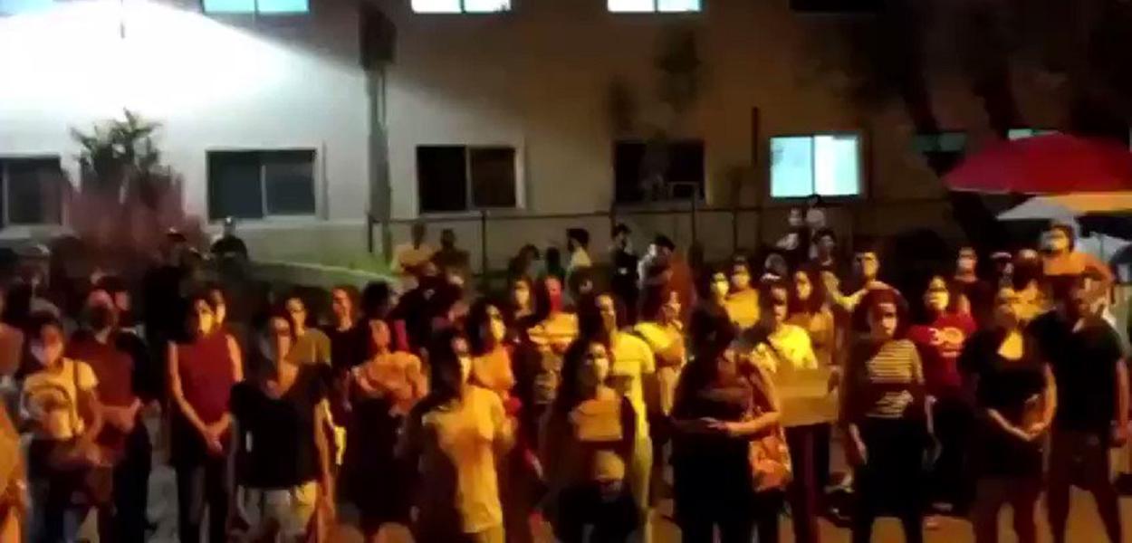 Mulheres expulsam fanáticos do hospital (Foto: Reprodução)