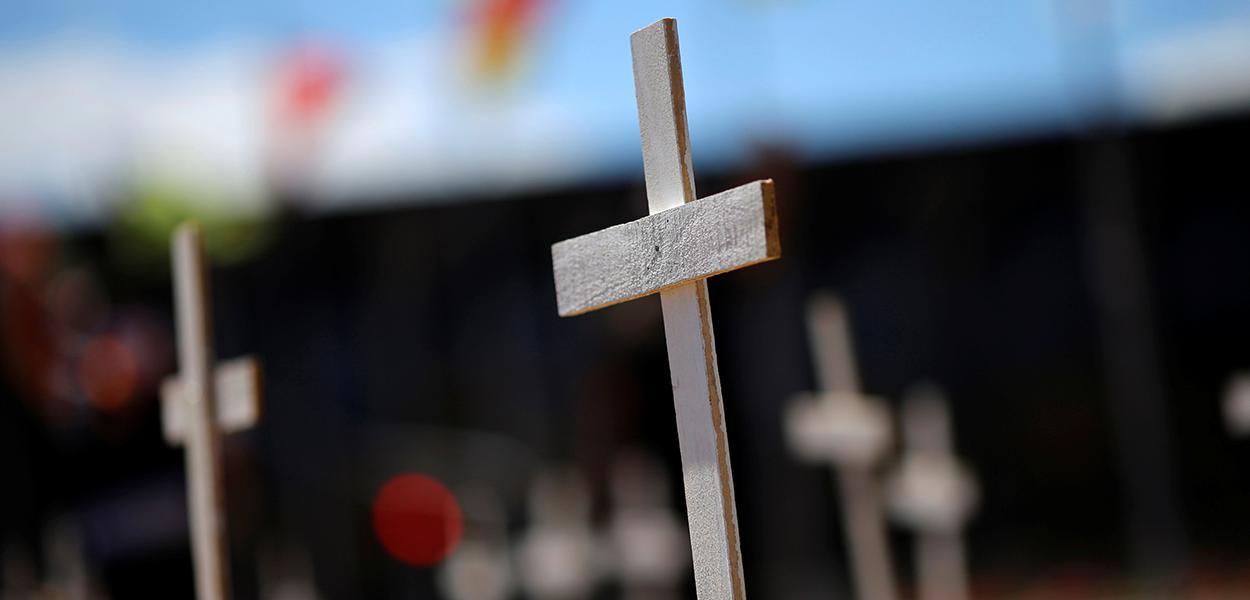 Cruzes para marcar vítimas da Covid-19 no Brasil