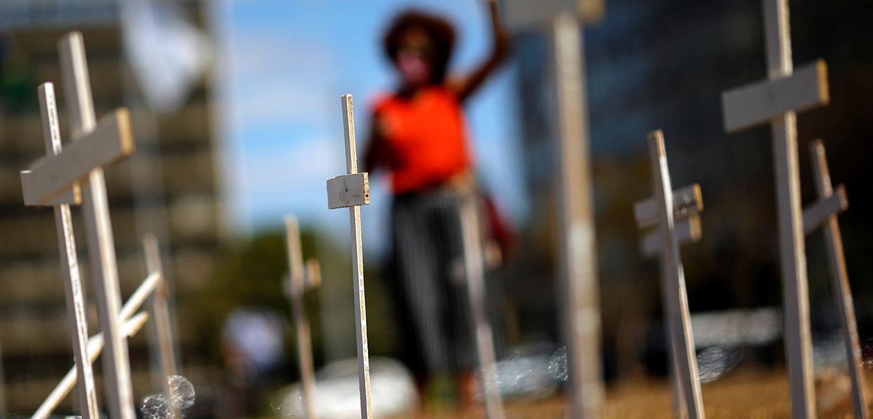 Cruzes colocadas em Brasília para marcar os mortos pela Covid-19 no Brasil 12/08/2020