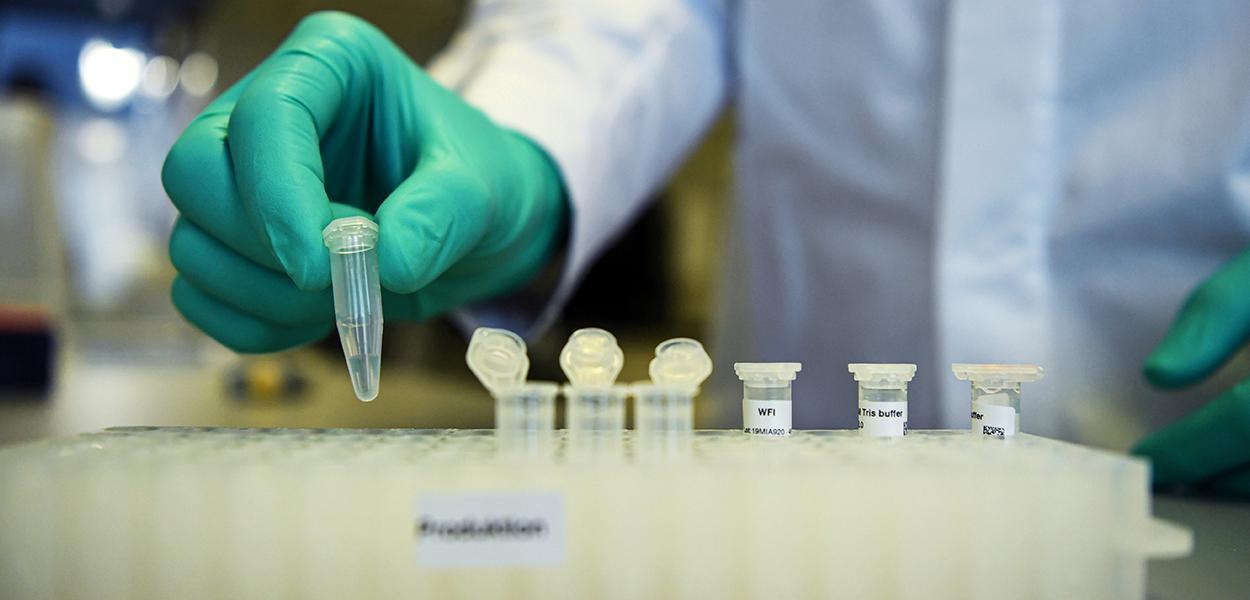 Funcionário trabalha em pesquisa de potencial vacina da Covid-19 desenvolvida pela CureVac em Tuebingen, na Alemanha 12/03/2020