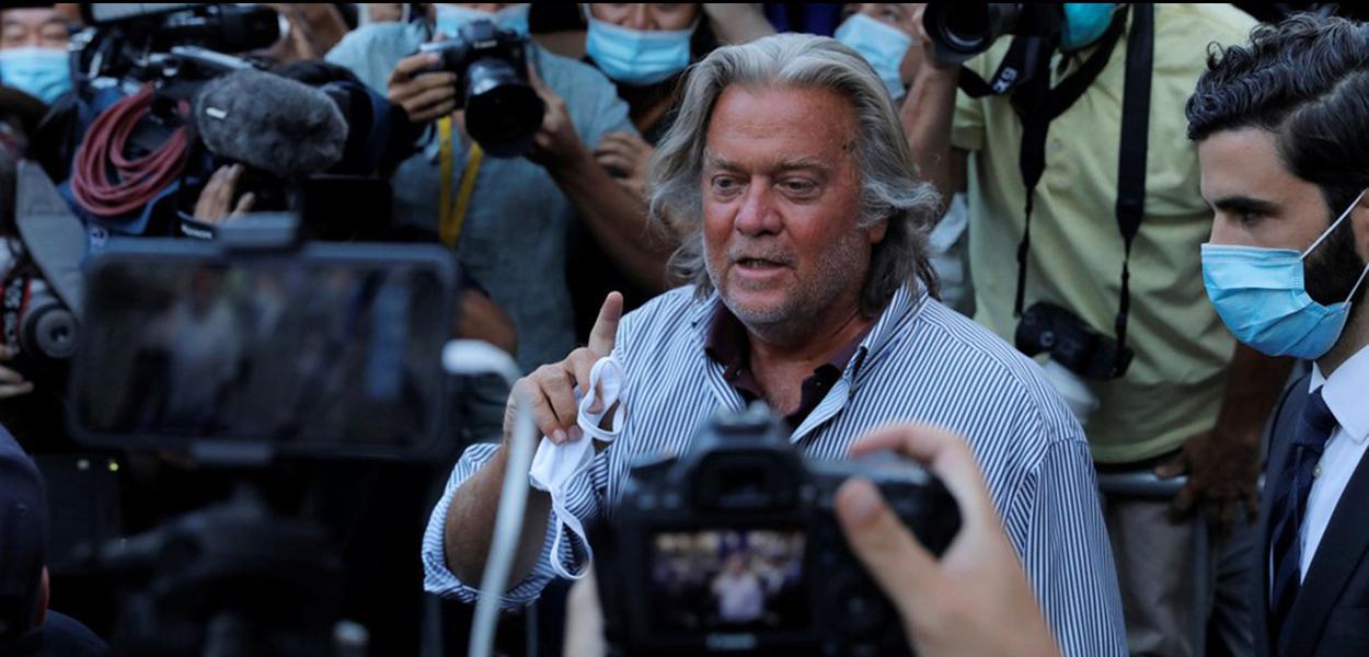 Steve Bannon é cercado por fotógrafos ao deixar Corte Federal de Manhattan, em NY, solto depois de pagar fiança, na quinta-feira (20).