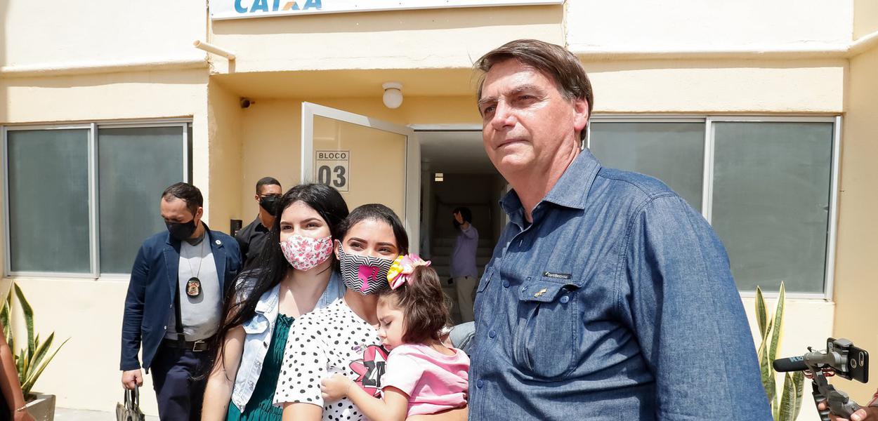 Jair Bolsonaro visita a unidade do Residencial Mossoró I da moradora Janaina Vieira Alves da Silva