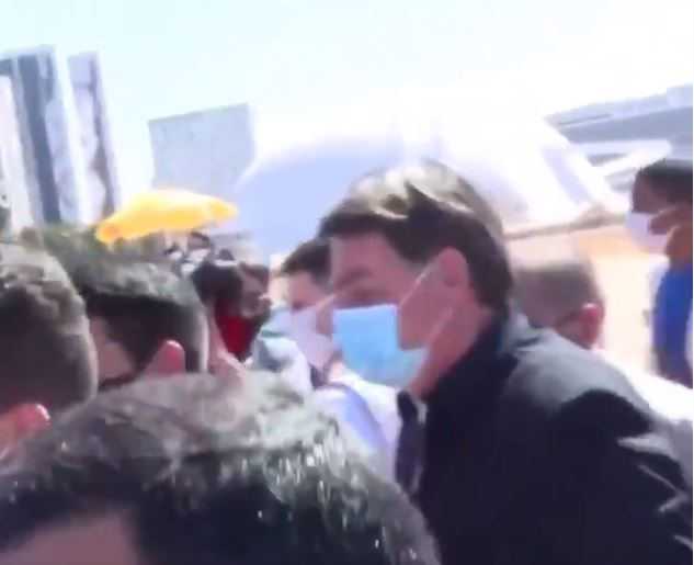 Momento em que Bolsonaro agride jornalista: 'encher sua boca de porrada'