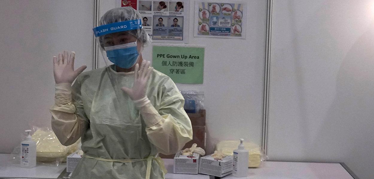Funcionária de hospital de campanha para tratamento de pacientes com Covid-19 em Hong Kong