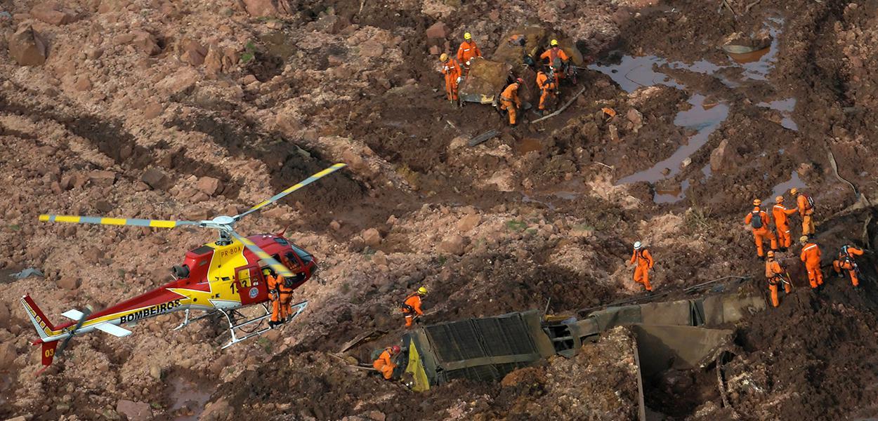 Bombeiros trabalham no resgate de vítimas em Brumadinho