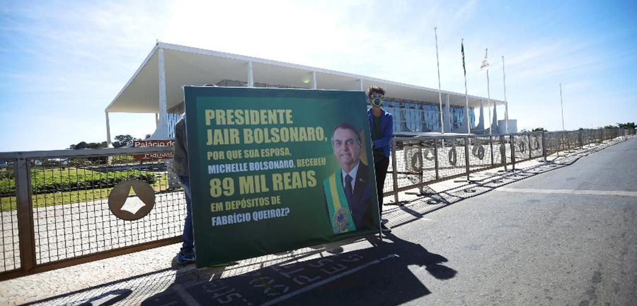 Manifestantes protestam contra Jair Bolsonaro em Brasília