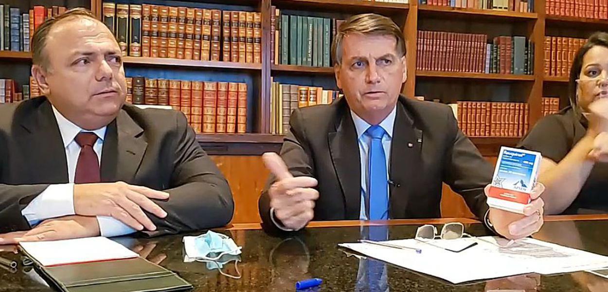 Eduardo Pazuello e Jair Bolsonaro segurando caixa de cloroquina