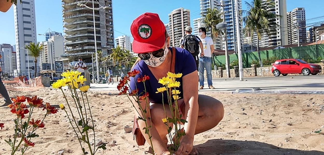 Em Fortaleza, militantes fizeram um ato simbólico e destacaram preocupação com os óbitos pela covid-19 no Brasil
