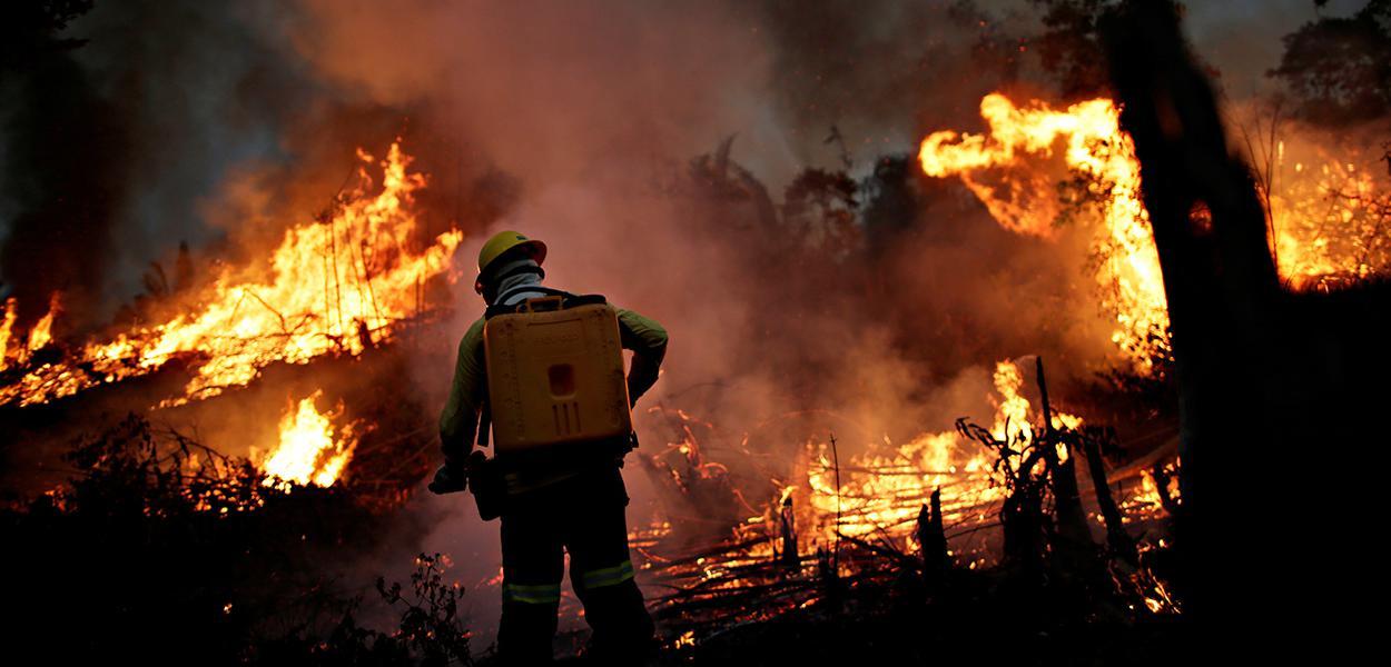 Ibama tenta controlar incêndio em trecho da floresta amazônica em Apuí, Amazonas