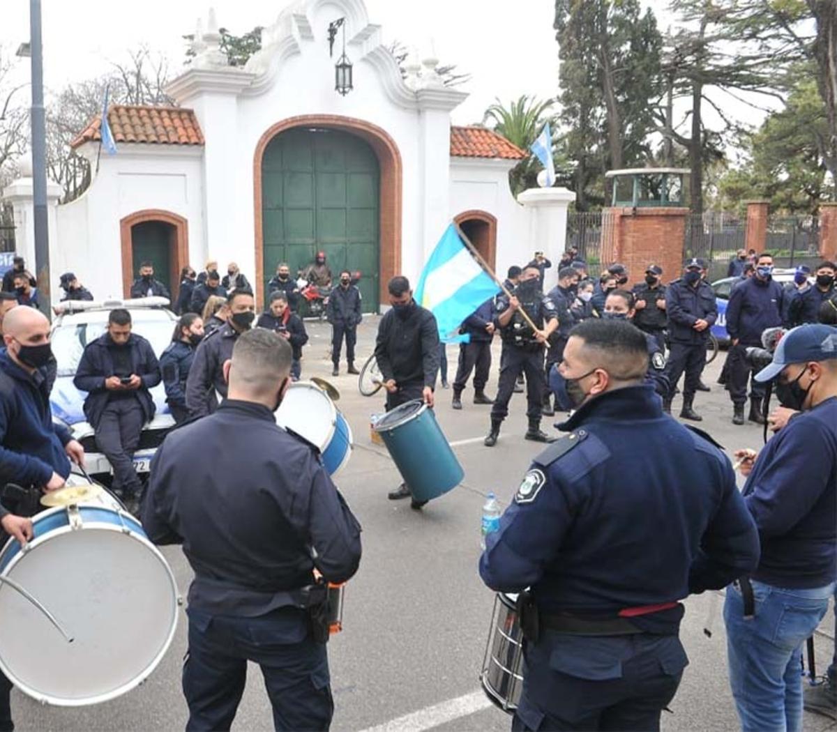 Protestos de policiais em frente à residência do presidente argentino, Alberto Fernández