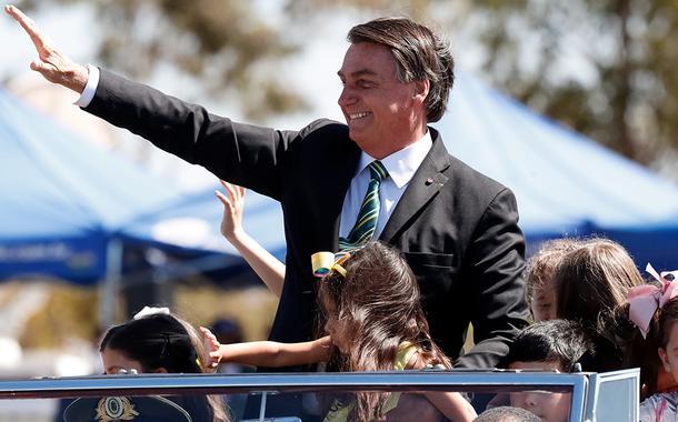 Bolsonaro desfila com crianças no Dia da Independência