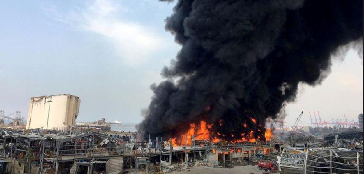Incêndio atinge porto de Beirute, no Líbano