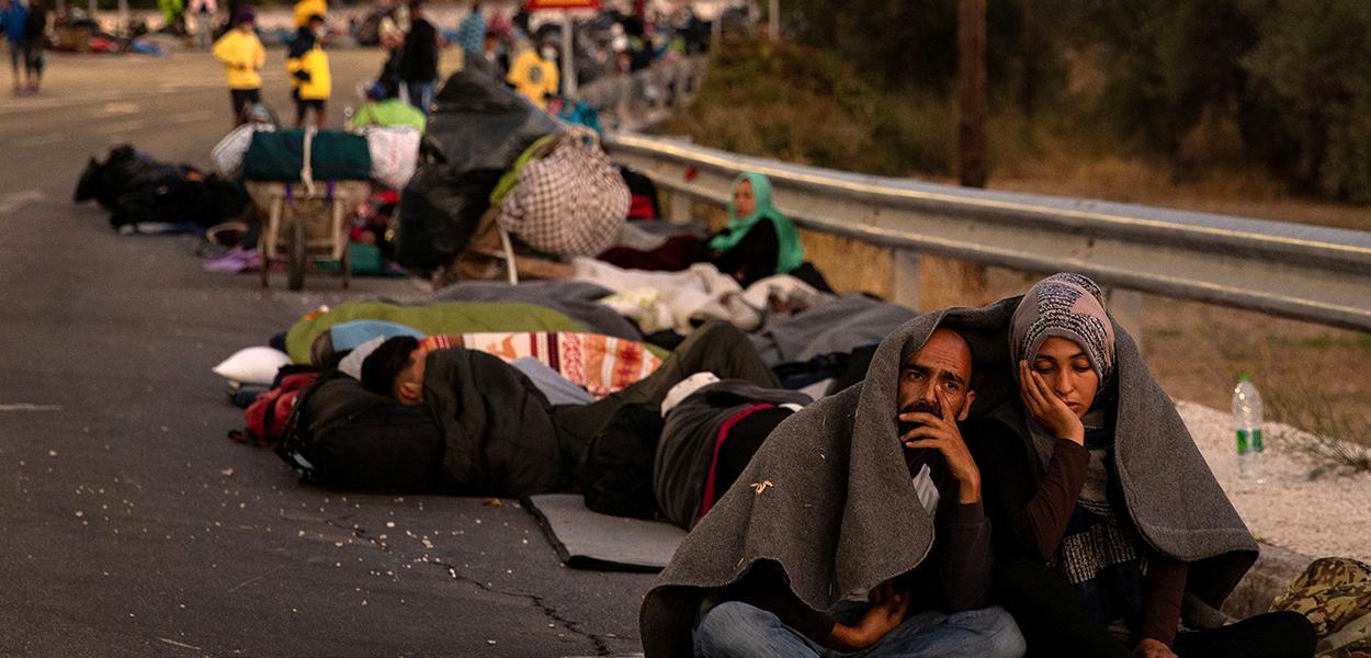 Imigrantes e refugiados se abrigam em acostamento após incêndio na ilha grega de Lesbos 10/09/2020