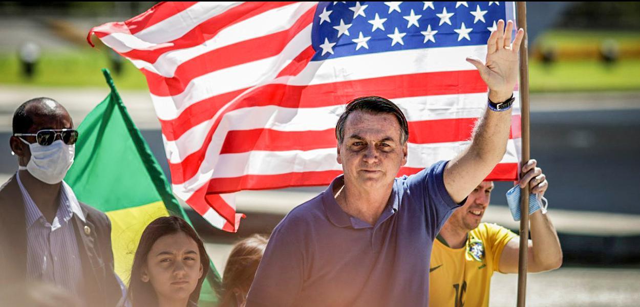 O presidente Jair Bolsonaro durante protesto em Brasília: ida de presidente brasileiro à comemoração do feriado americano era incomum.