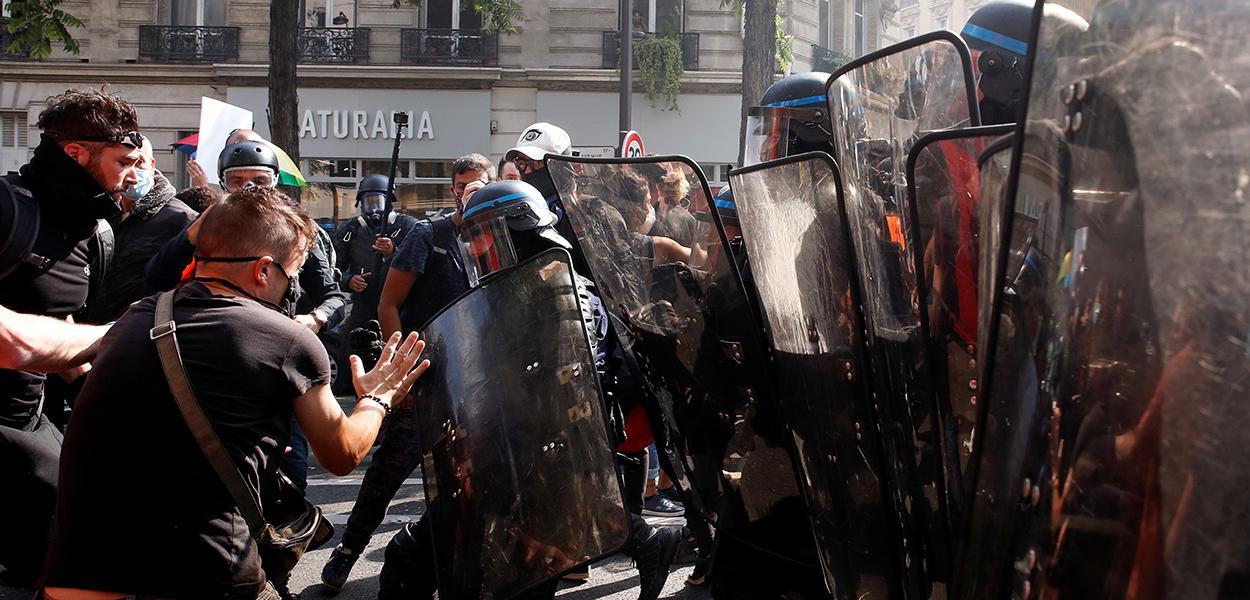"""Polícia usa gás lacrimogêneo em retorno dos protestos dos """"coletes-amarelos"""" em Paris. 12/09/2020"""