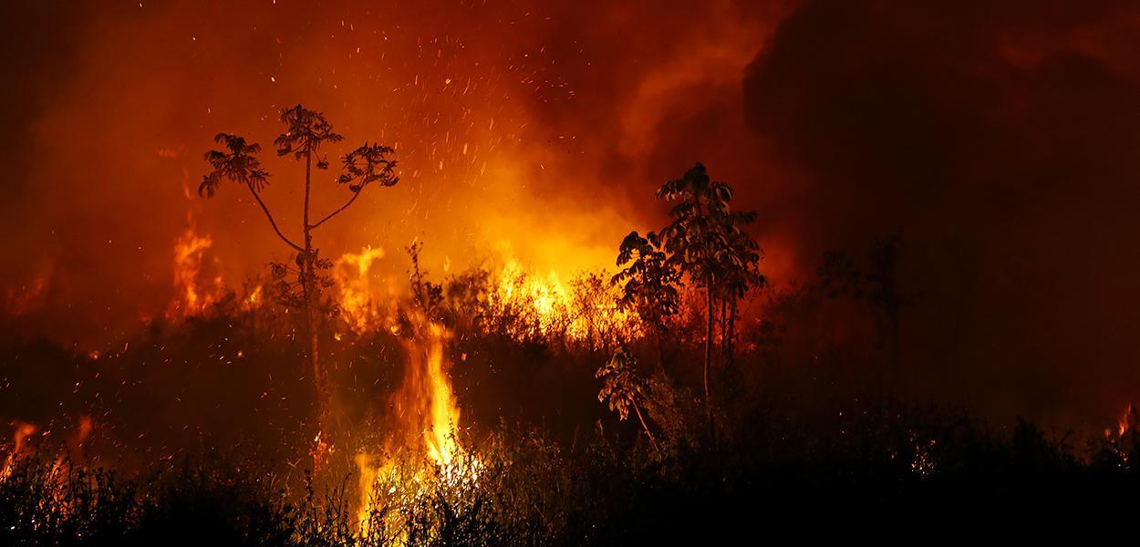 Fumaça e chamas de queimada no Pantanal, em Poconé, no Mato Grosso 03/09/2020