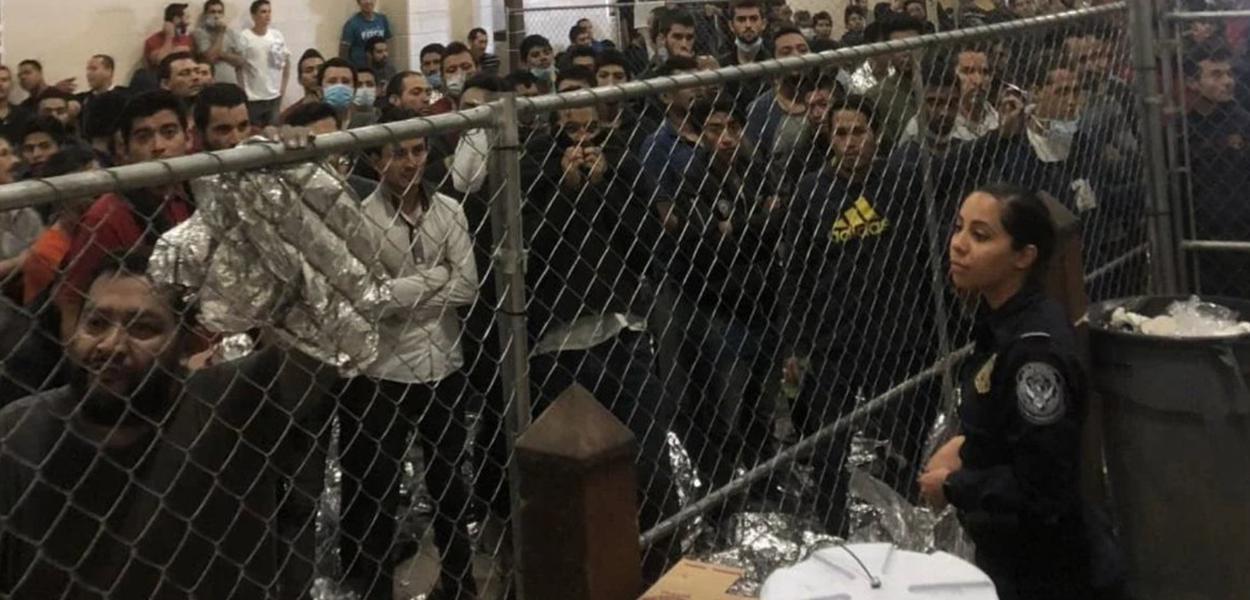 Imigrantes em centro de detenção no Texas visitado por Mike Pence