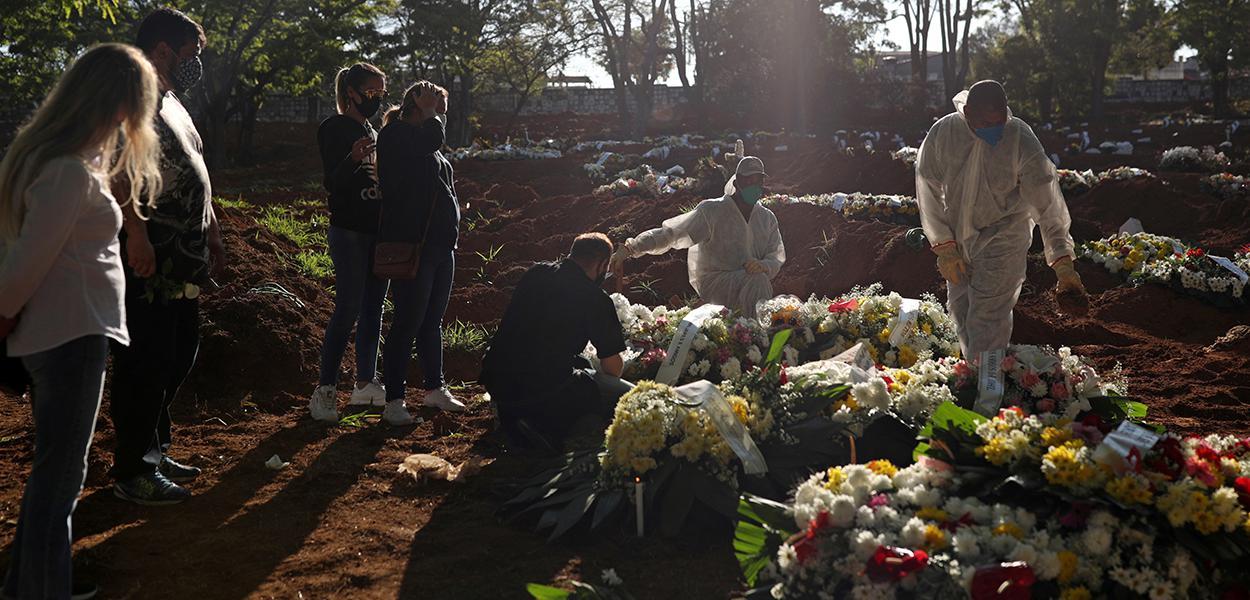 Idosa que morreu de Covid-19 é sepultada em cemitério de São Paulo