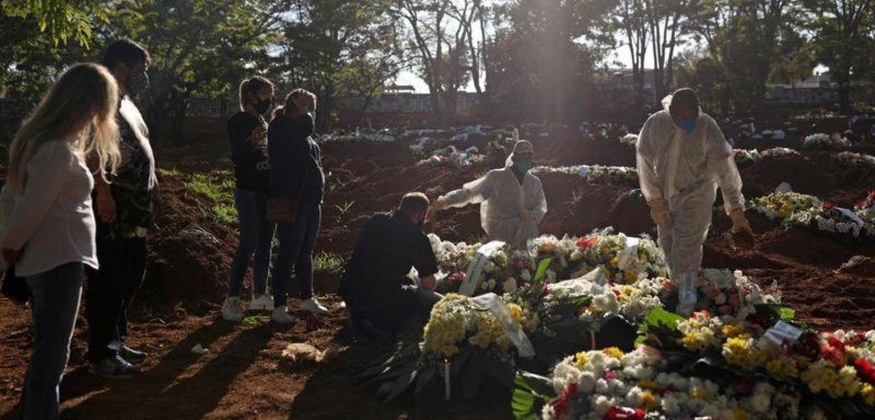 Vítima de Covid-19 é sepultada em cemitério de São Paulo 05/08/2020