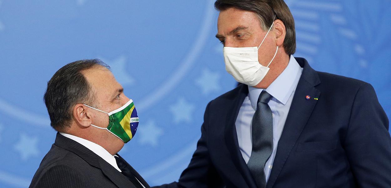 Bolsonaro cumprimenta Pazuello em cerimônia de efetivação do general como ministro da Saúde 16/09/2020