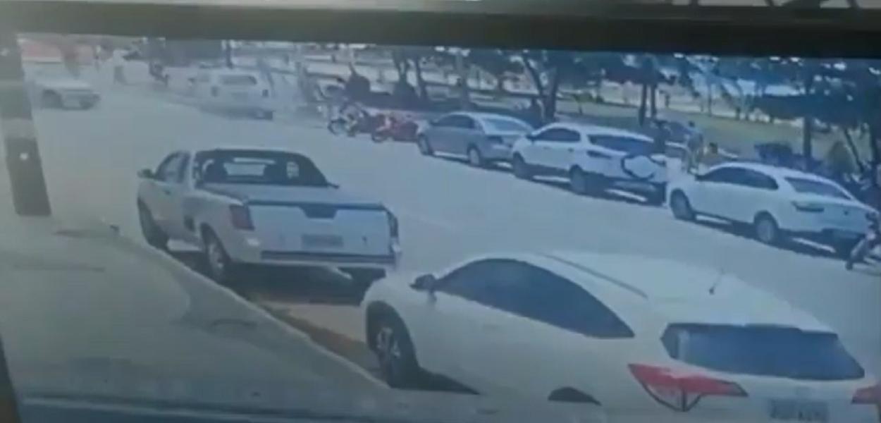 Carro invade ciclofaixa e deixa 4 feridos