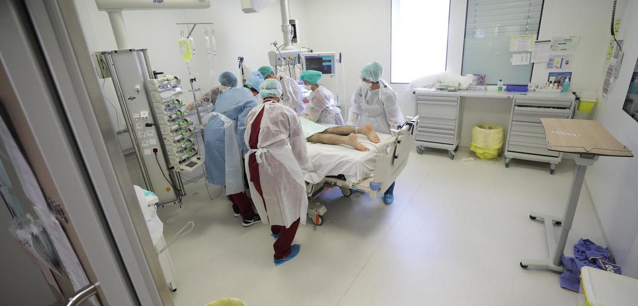 França registra uma alta de novos casos de Covid-19, mas também um aumento no número de pessoas em reanimação nos hospitais