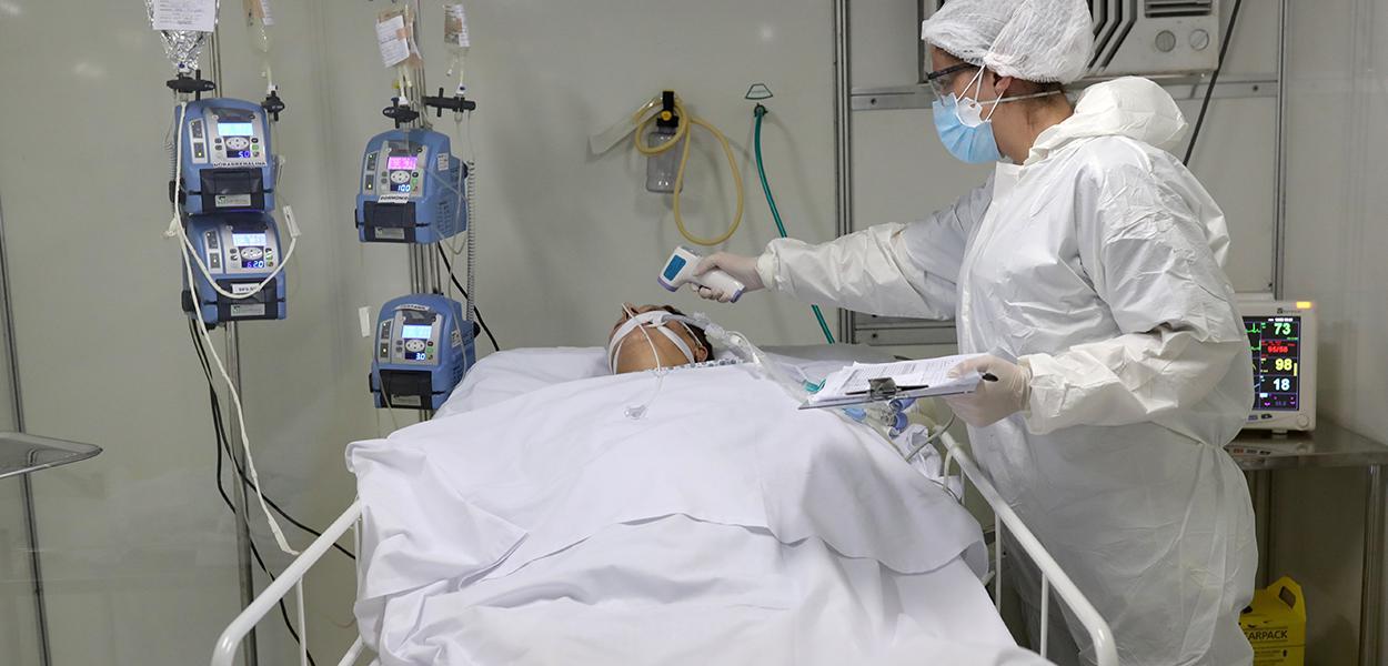 Paciente com Covid-19 na UTI de um hospital