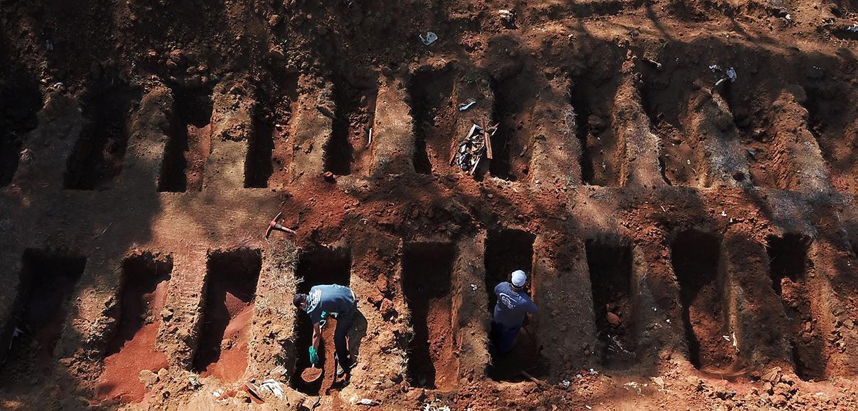 Sepultadores cavam covas no cemitério de Vila Formosa, em São Paulo, em meio à pandemia de Covid-19 08/08/2020