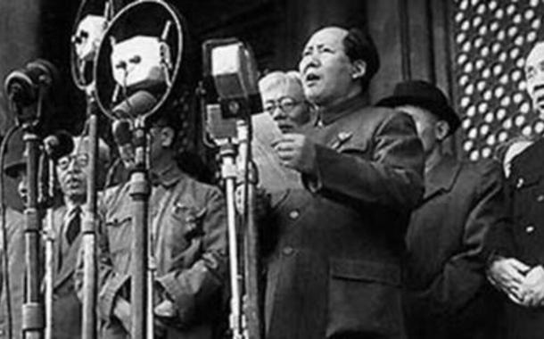 Mao Tsetung proclama fundação da República Popular da China, em 1º de Outubro de 1949, após triunfo da revolução