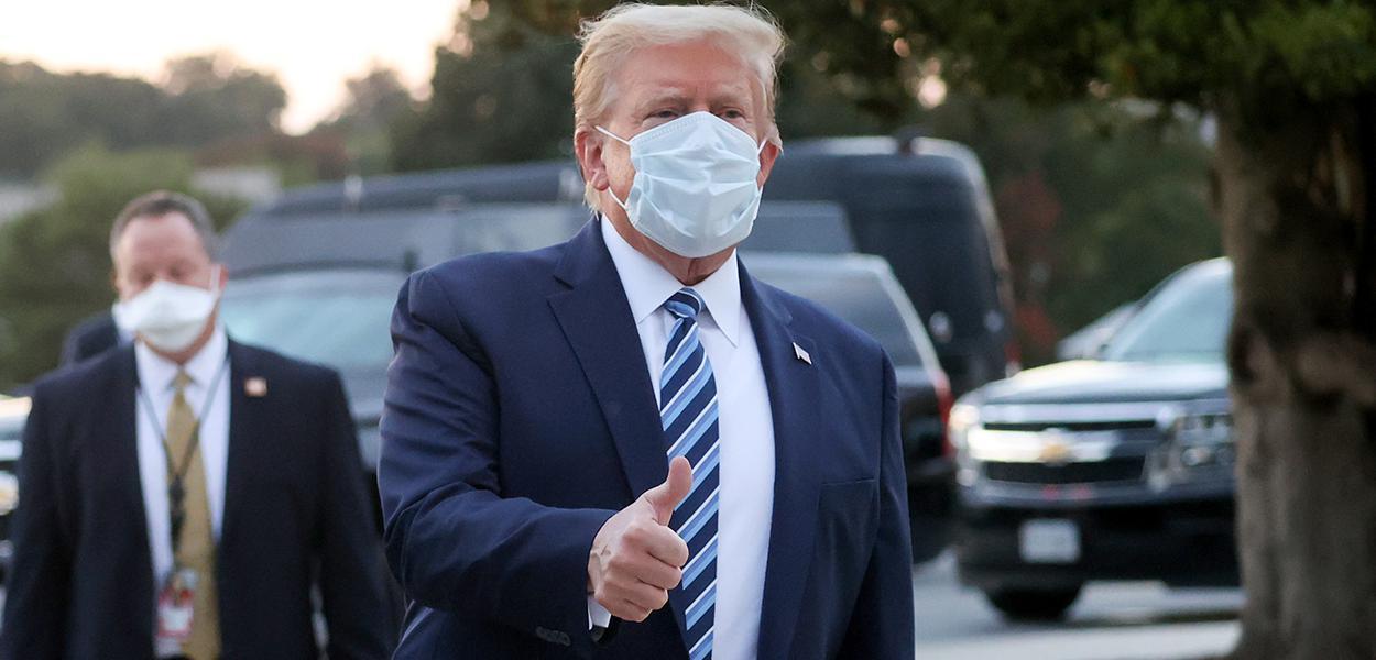 Trump faz sinal positivo para jornalistas e fotógrafos ao deixar o Centro Médico Walter Reed 05/10/2020