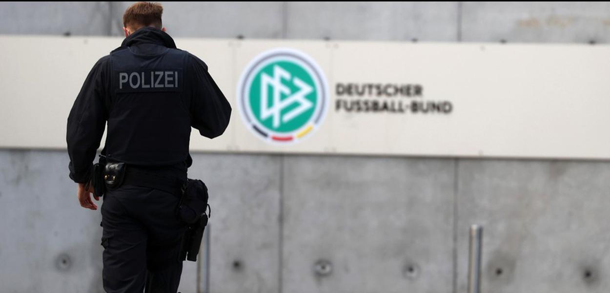 Policial caminha na entrada da sede da federação de futebol da Alemanha