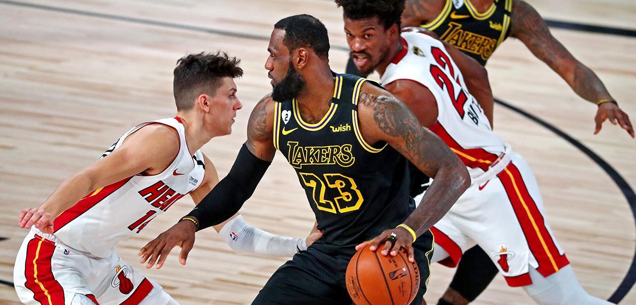 LeBron James com a bola e Butler atrás
