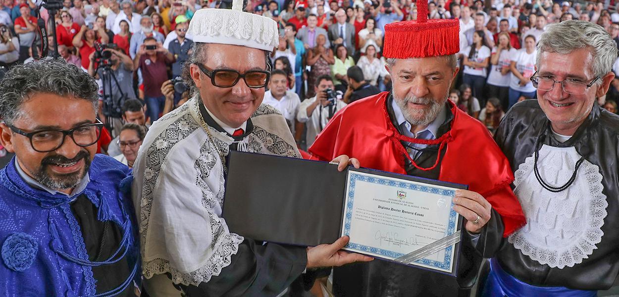 Lula recebe título de Doutor Honoris Causa da Uneal, em Arapiraca (AL) em 2017