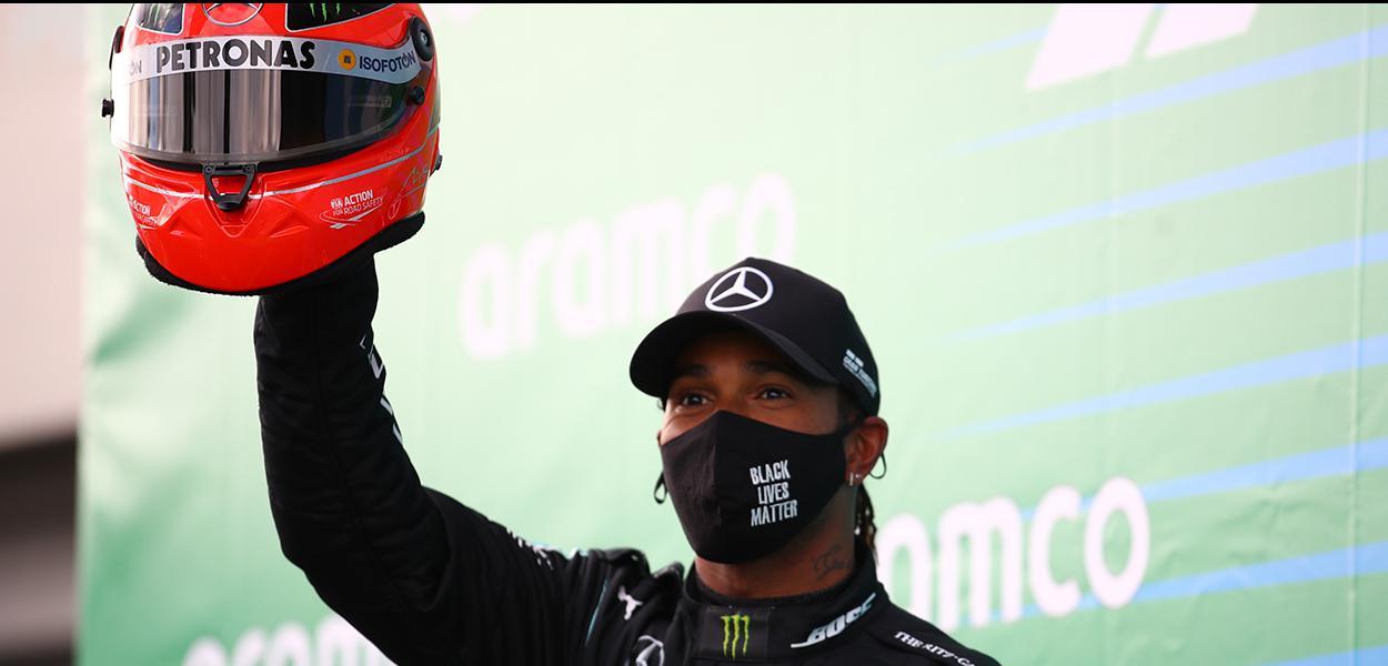 """Piloto britânico da F1 Lewis Hamilton usa máscara com os dizeres """"Vidas Negras Importam"""""""