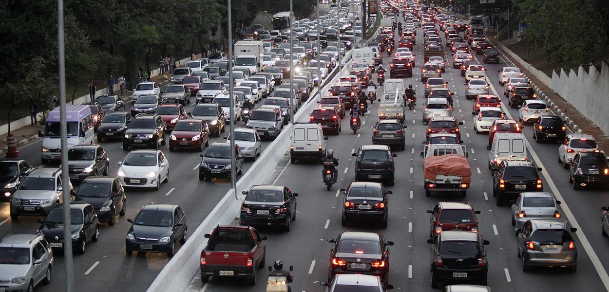 Trânsito lento nos dois sentidos da avenida 23 de maio.