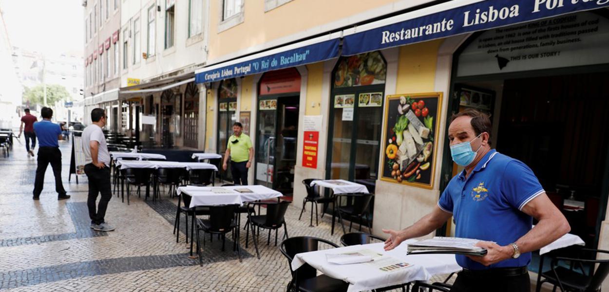 Garçom aguarda por clientes em restaurante no centro de Lisboa durante a pandemia do novo coronavírus (COVID-19) em Portugal