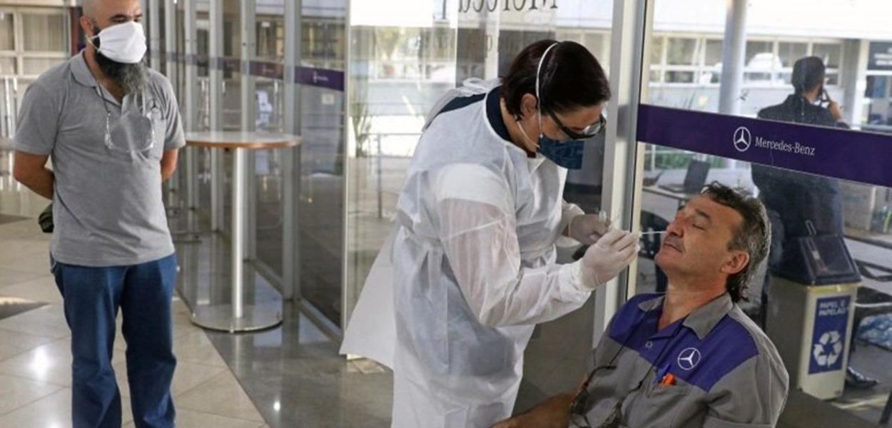 Taxa de transmissão por coronavírus no Brasil volta a ficar acima 1