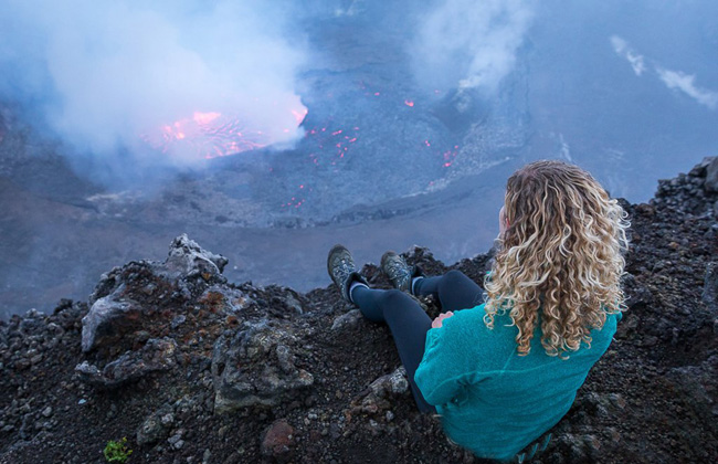 Turista na beira da cratera do Nyiragongo