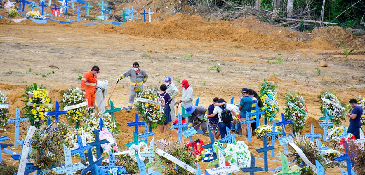 Cemitério Tarumã em Manaus. 15 de outubro de 2020
