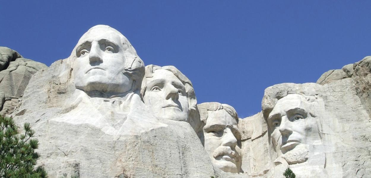 Washington (da esquerda), Jefferson e Lincoln (à direita) já foram reverenciados o suficiente para serem esculpidos no Monte Rushmore, mas agora são considerados moralmente impuros demais para terem seus nomes nas escolas de São Francisco.