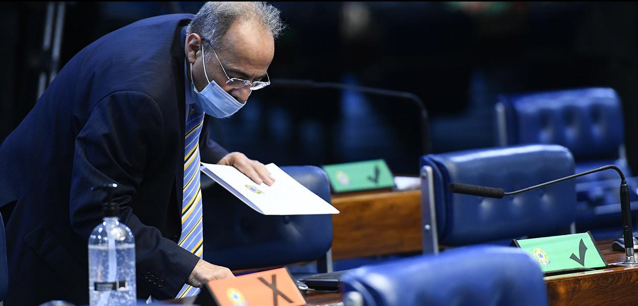 Senador Chico Rodrigues (DEM-RR) registra voto no teclado biométrico.