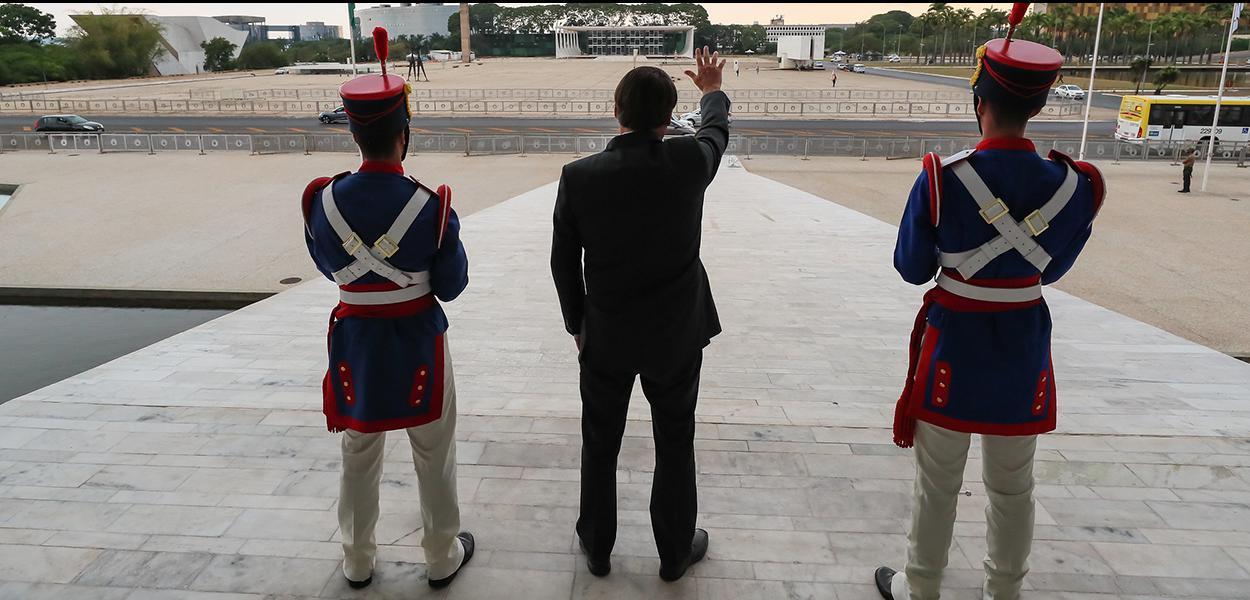 Presidente da República, Jair Bolsonaro, cumprimenta populares da Rampa do Palácio do Planalto. 13 de outubro de 2020