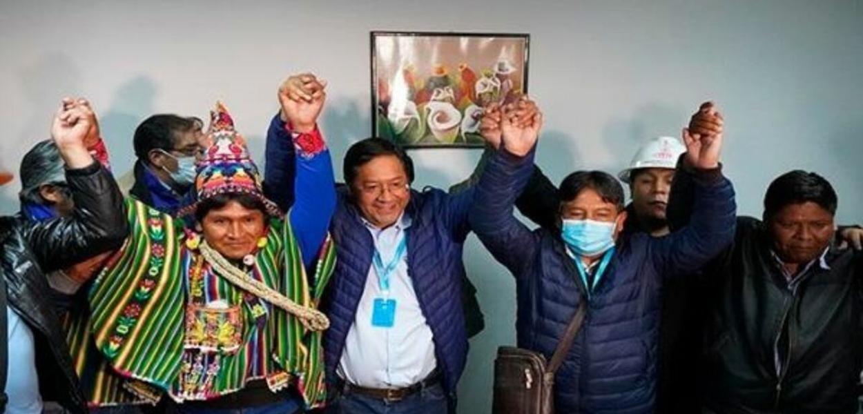 Luis Arce comemora vitória ao lado de dirigentes do MAS
