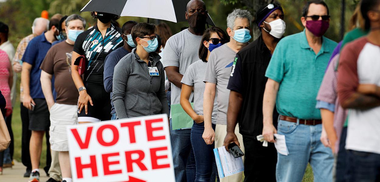 Eleitores norte-americanos fazem fila para votar antecipadamente em Durham, Carolina do Norte. 15/10/2020